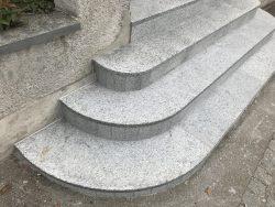 Granittreppe mit Granitplatte bis zur Strasse